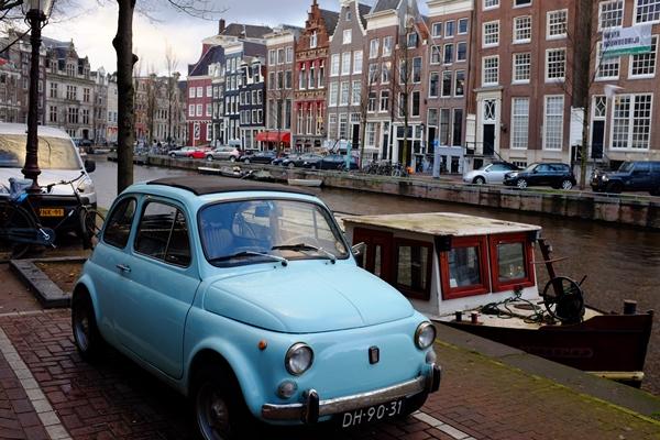 fujifilm x100s sample image of a blue car in an urban setting