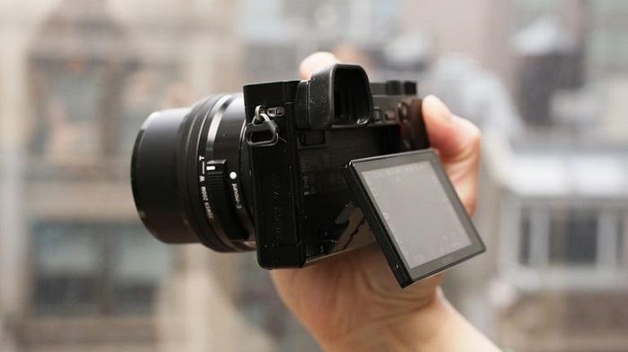 man using Sony A6000